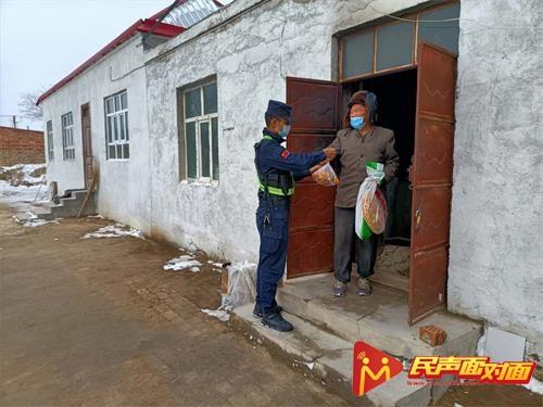 新疆:阿热吾斯塘派出所民警走访慰问辖区独居老人